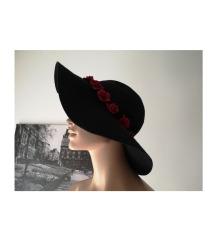 Nov klobuček s cvetjem