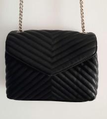 Bershka črna torbica za čez ramo