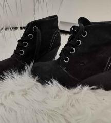 Črni čevlji s polno peto