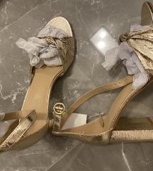 Poletni sandali s peto