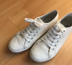 Beli nizki čevlji