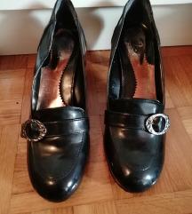 črni lakasti čevlji s peto