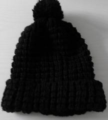 Črna pletena kapa
