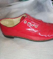 Lakirani rdeči čevlji