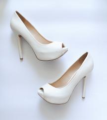 Elegantni beli salonarji z odprtim prstom