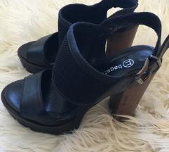 Črni čevlji z leseno peto