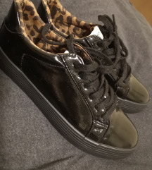 Črni lakasti čevlji