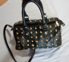 Črna torbica s kovicami