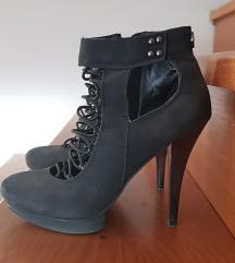 Črni čevlji s peto