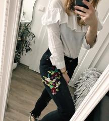 Črne hlače (kavbojke) z rožami