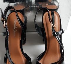 črni sandali z zanimivo peto