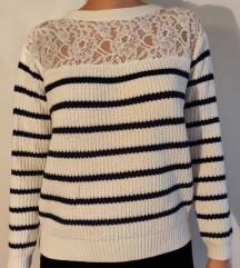 Bel oversize pulover z modrimi črtami