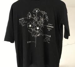 Črna majica z rožami in tričetrt rokavi