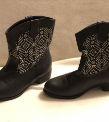 črni gležnarji škornji