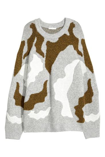Sivi pulover z zaplatami