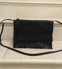 Črna torbica z resicami