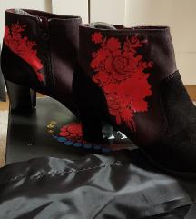 Desigual škornji z rdečim vzorcem
