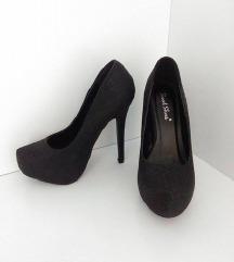 Črne elegantne visoke pete/salonarji z kačjo kožo