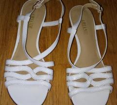 Beli lepi sandalčki