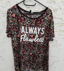 Majica z rožami in napisom