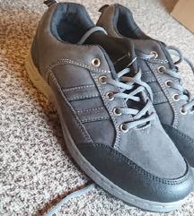 moški čevlji 42 (mala številka)