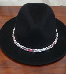 Črn klobuk z verigo