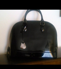 Črna lakasta torbica - rez.