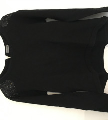 Pulover z blescicami na ramenih