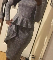 Ženska oprijeta obleka z detajlom