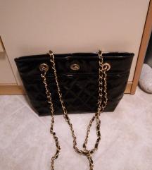 Črna torbica z zlato verigo