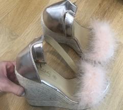 Sandali s polno peto in puhom