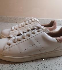 Nikoli nošene bele sneakers