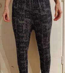 Dolge črne elastične aladin harem hlače z vzorcem