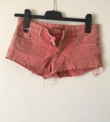 Kratke roza hlače