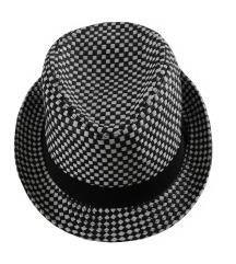 črno bel klobuk