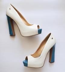 Beli lakasti salonarji z modro peto na prst