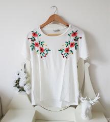 Stradivarius cvetlična majica