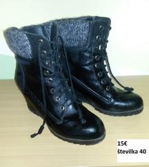 Zimski škornji gležnarji s polno peto