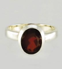 Srebrni prstan z kamnom granat