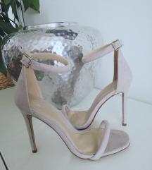 Novi nenošeni sandali s peto