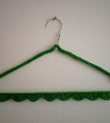 DIY obešalnik z kvačkano obrobo