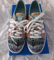 Adidas barvni čevlji