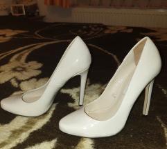 Beli čevlji s petko