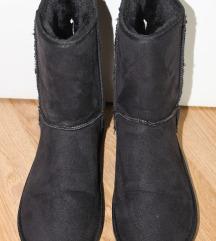 črni zimski škornji