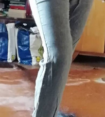 Sive hlače s patentom spodaj
