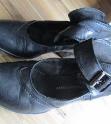 črni usnjeni čevlji