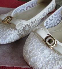 Bele čipkaste balerinke