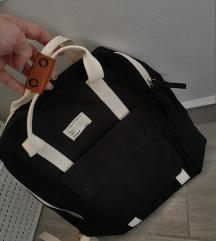 Črn nahrbtnik z belimi detajli Pull&Bear