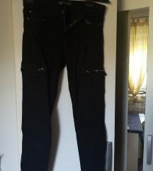 Črne kavbojke z žepi nad koleni