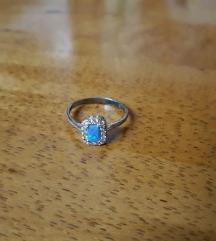 Prstan iz srebra z modrim opalom in cirkoni
